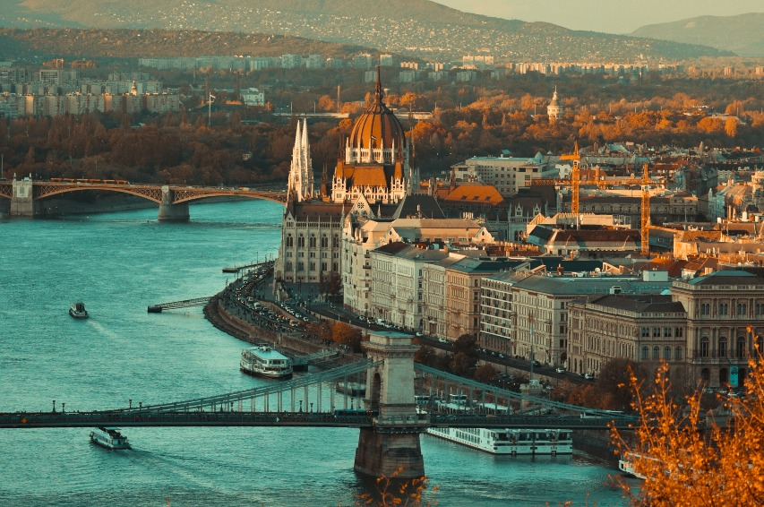 walk-the-world-podcast-budapest-travel-kesthelyi-timi-on-unsplash-ute-junker
